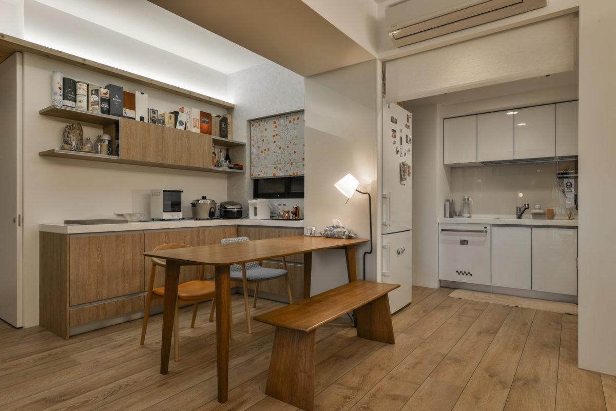 廚房與餐桌區,有烤漆玻璃牆可記事