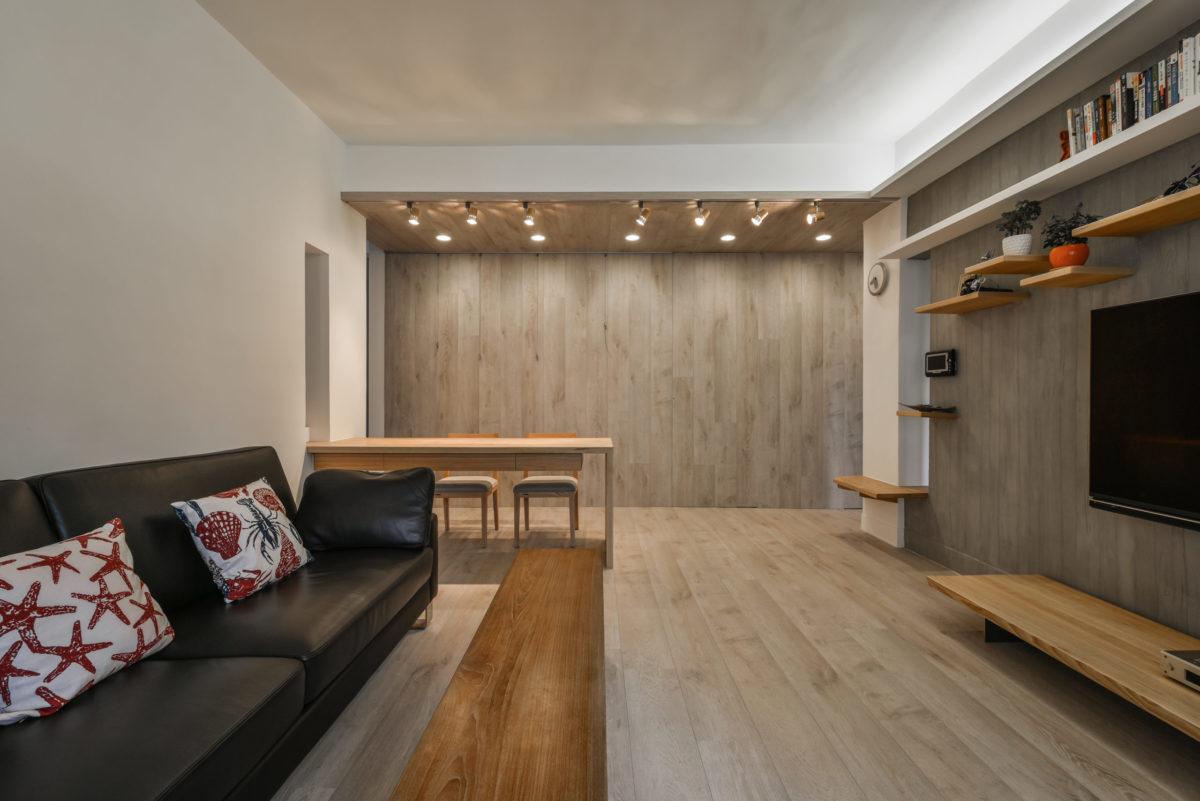此空間另一個重頭戲是這面木牆,高質感的德國超耐磨地板成就了這方雅致的地牆天