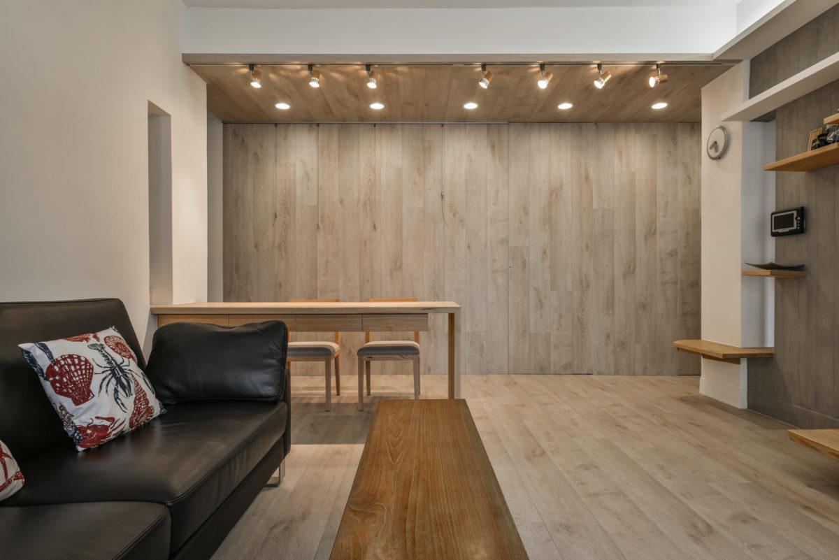 長凳平時人少的時候可以作為沙發邊几,彈性使用讓空間更有餘韻