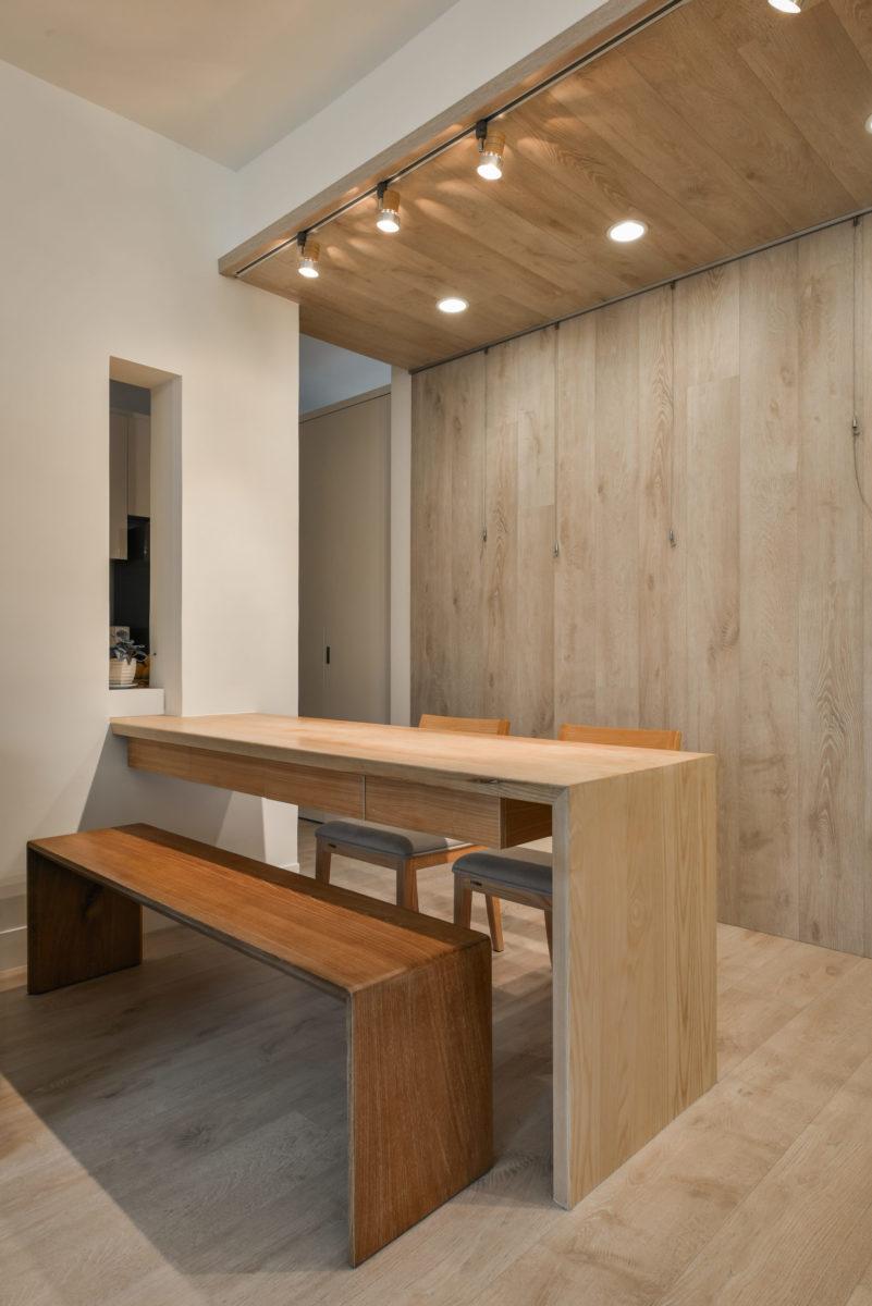 採用栓木實木的餐桌增添了空間的質地,特意開的長窗讓原本處於過道、有點緊迫的餐廳空間鬆了一口氣