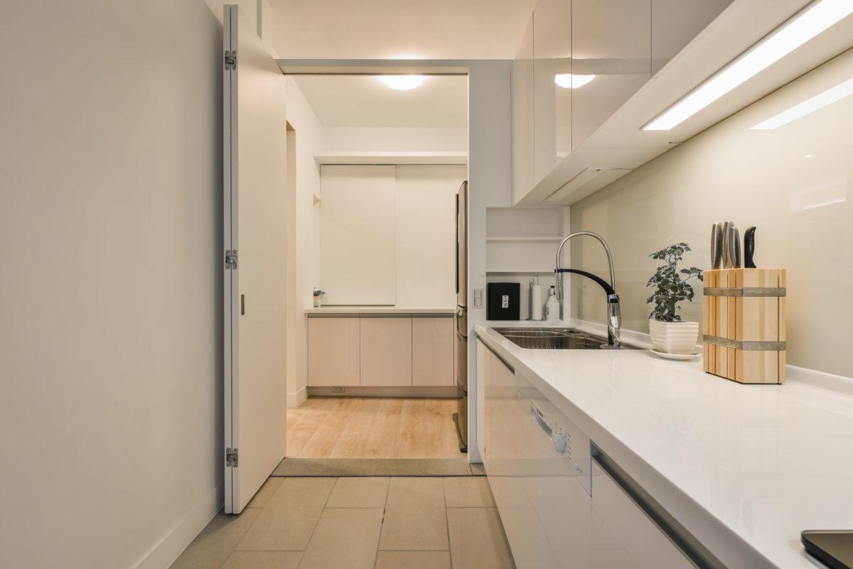 從廚房區看電器區,必要時有折門可阻隔油煙
