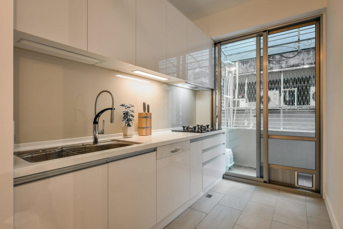廚房區,落地窗有貓門通往後陽台
