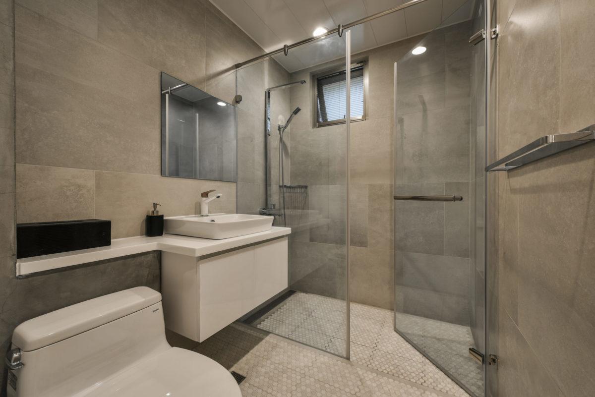 牆面60*60的仿清水模磁磚,我特意將鏡子與窗戶也成為60*60分割的一部份,空間效果很好