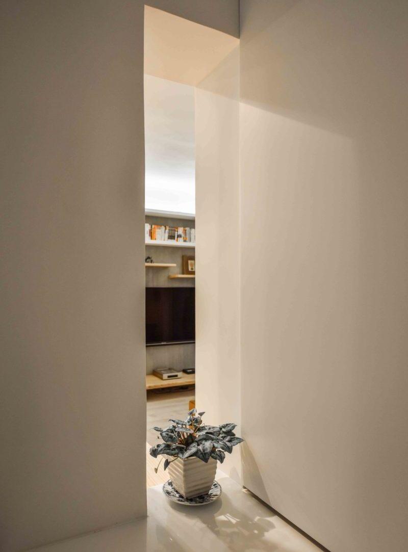 從廚房電器區看客廳。長窗洞保持流動感卻又有效遮擋視野