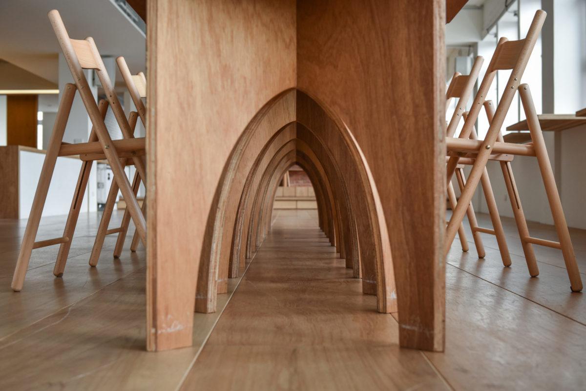 桌腳的設計就是為了這個美麗的拱頂
