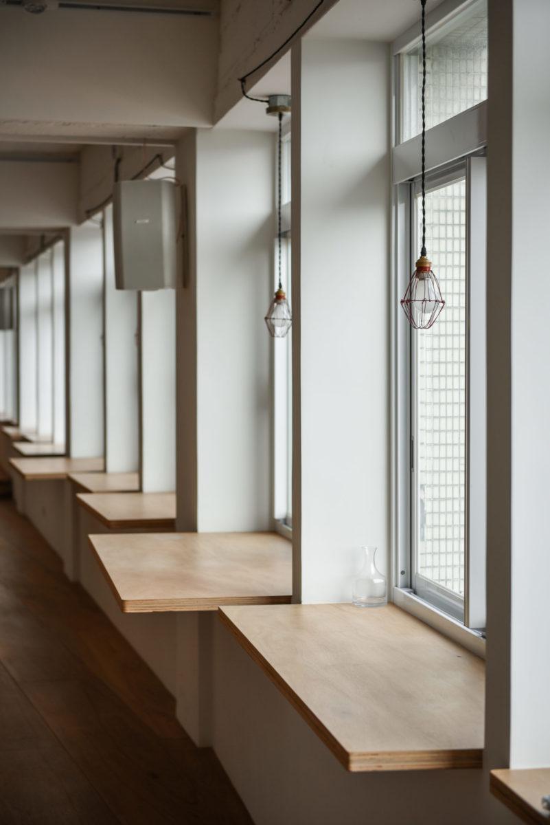 凹凸有致的窗邊平台,可作書桌、展台等
