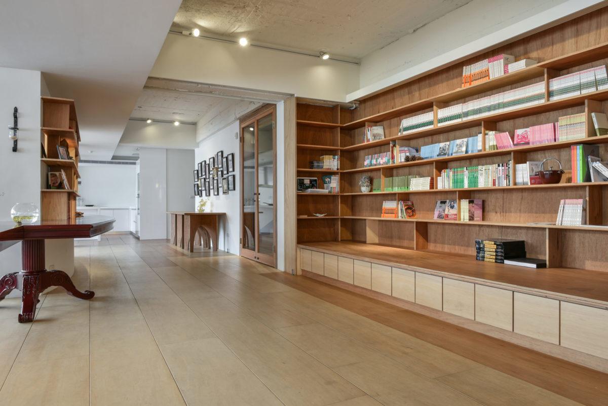 入口等待區,希望營造出像客廳的意象,等之後擺滿書,氣氛就完全出來了!