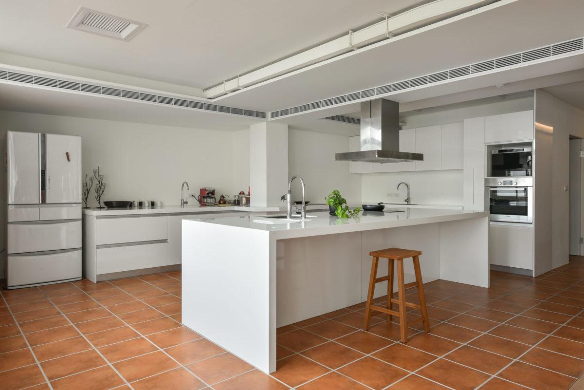 地上的紅磚灰縫是特別用三種水泥調出的暖灰色,更能襯托出紅磚的純厚雅致
