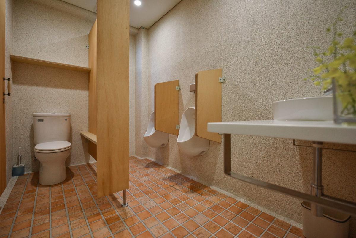 廁所的島擺也一樣是用夾板施作噢!搭配復古地磚與石子牆面,上廁所也很雅致