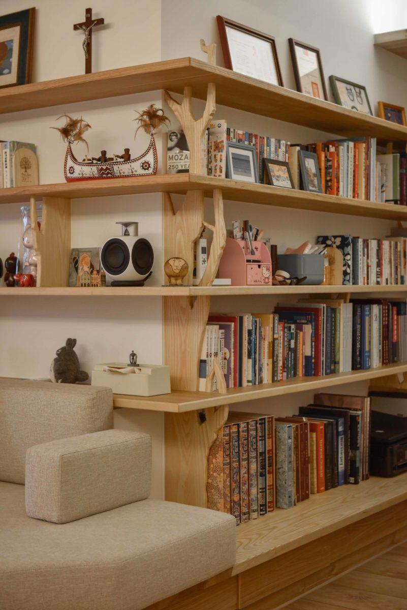 書架立板設計從樹幹發想,希望將自然氣息帶入空間。