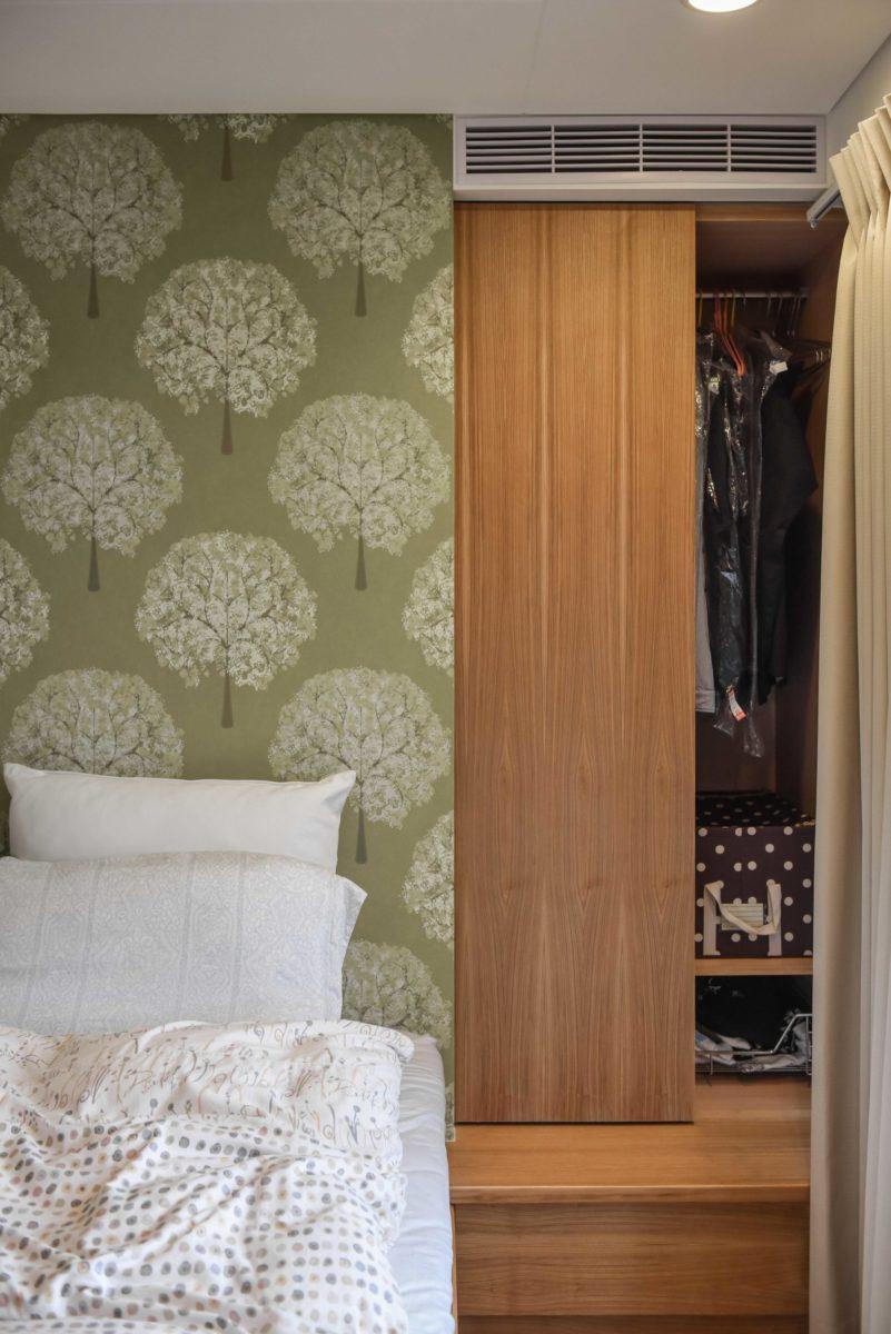 主臥床頭藏了一個衣櫃