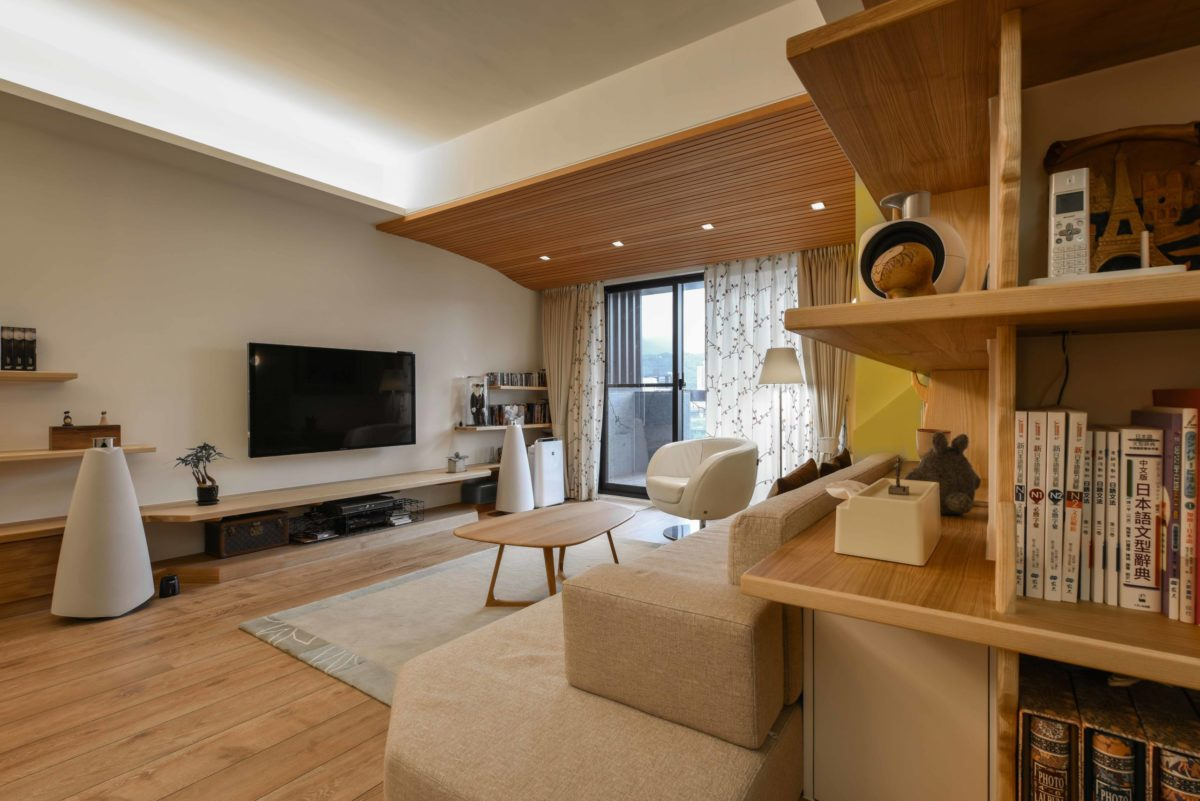 客廳的電視牆與很美的喇叭
