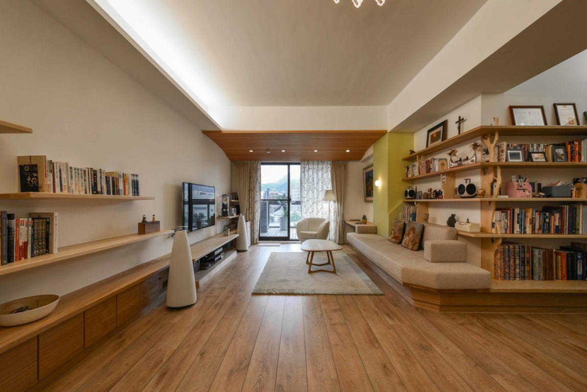 客餐廳為融合的開放空間,兩側經整合過的特定高度水平層板將人的視覺往前方陽台送出,以弱化客廳空間深度不足的缺點,空間感覺更大。芥黃色牆面呼應基地明亮的採光,輕快的點出精神。餐廳之後會放入我設計的實木元桌與長凳,敬請期待